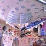 魚屋直営食堂 魚まる - お子様が見て楽しめるようになっております。