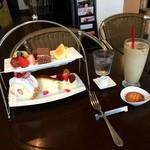 プロップ - 料理写真:「シェフのスペシャリティー」のケーキとドリンクのセット1080円です