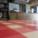 アルベロベロ - 店内はウッドを多用し、テーブルクロスも明るい雰囲気です