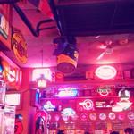 ブルームーン・カフェ - こだわりの内装、照明の色もよい!