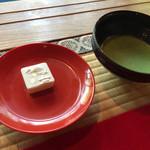 37159462 - 500円でお茶と小さなお菓子つき