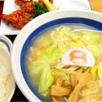 8番らーめん - Cセット (野菜ラーメンと鶏の唐揚げ) 940円 +別でライス