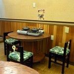 陶板焼 一宮 - 1階は3人用のテーブル席と2名用となっています。