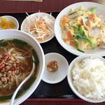37161179 - 日替わりランチ 10.豚肉と玉子炒め+台湾ラーメン 680円