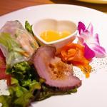 プルメリアカフェ - キングサーモンのマリネ / 大海老の生春巻き / 生ハムアンティパスト / 特製ローストビーフ