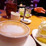 プルメリアカフェ - カフェラテ 510円(税込550円) ラ・マルゾッコ社製のエスプレッソマシーンで作るラテ。