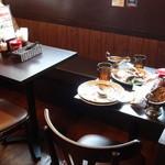 100時間カレーAMAZING - 店内(テーブル席)