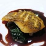 ゴーシェ - 真鯛のポワレ 赤ワインとフュメ・ド・ポワソンのソース 百合根とほうれん草添え