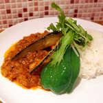 フライパン - ピーマン・茄子は大きくて食べ応えがある。ガリッというスパイスの食感も楽しい