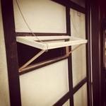 かんべえ - 季節のいい時はカウンター奥の小窓が開きます♪