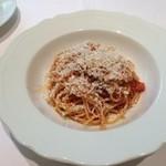 37167556 - 燻製したリコッタチーズをふりかけたトマトのスパゲティーニ