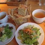 3717052 - サラダ、スープ、パン付き
