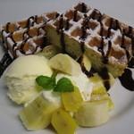 カフェバーロボ - チョコレートワッフル 700円