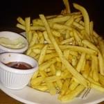 37173003 - とりあえずフライドポテト。絶妙な塩加減、チーズっぽいソースとケチャップはお好みで。