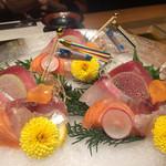 Sakanaya - 五月の鯉のぼりが飾られた刺し盛り