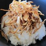 レストラン むーんらいと - 揚げゴボウの乗った白飯の上から注いで…