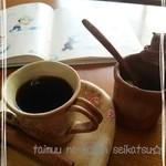 37182853 - 絵本もあるよ♪春らしい器でコーヒー