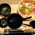 小樽海鮮丼エン - 漬け物とお味噌汁付き。クーポンで花咲ガニ汁に。