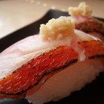 鮨芳 - もはや定番になりつつあります炙り鮨。 当店では地魚鮨に入ってます。こちらは金目鯛です。
