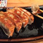 ラーメン 龍の家 - 餃子は甘みがあってなかなか美味しい。