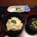 山茶花 - 筍ごはんと赤だし       タクアンはおそらく深漬けの自家製。