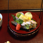 37193331 - 先付                       全体的に甘い味付けで食べやすい。                       手まり寿司の中の木の芽がアクセント。