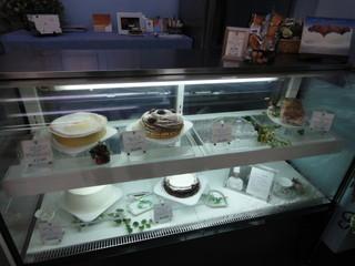 ネトケレーヴェ - ホールケーキが売られています。