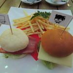 大阪ステーションシティ バール・デルソーレ - こぶりのハンバーガーが2個付いていて、 キッドとコナンのピックが刺さってます。
