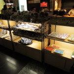 大阪ステーションシティ バール・デルソーレ - コナンカフェ限定グッズが売られています。