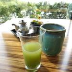 37217320 - 最初に飲み物が運ばれてきます!青汁ではなく美味しいジュースとお茶です
