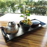 37217326 - レストラン最奥の景色のよいテーブルに案内されました、小さな生花がかわいいですね!