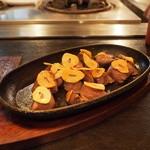 鉄板焼千珠 - 砂肝のガーリック焼き