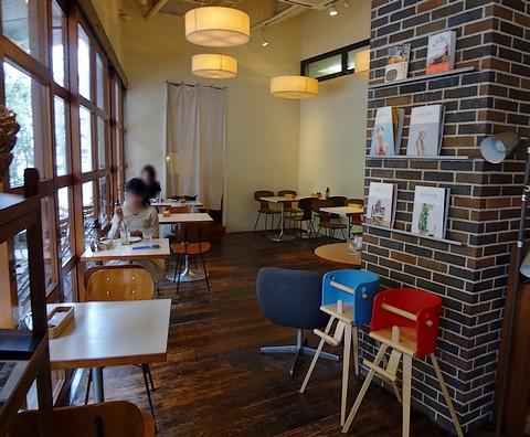 デイライトキッチンオーガニック - 左はカフェスペース