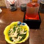 37228149 - 紫波町「こまつ」特別本醸造(¥500)。お通しは菜の花の茎・えのき・ツナの和え物、ひとひねり効いてる!