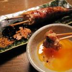 蕎麦屋 山都 - 鶏つくねには卵黄を絡めて