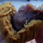 なべかま本舗 - 中はこんな感じです。甘くて美味しい蒸しまんじゅうでした。