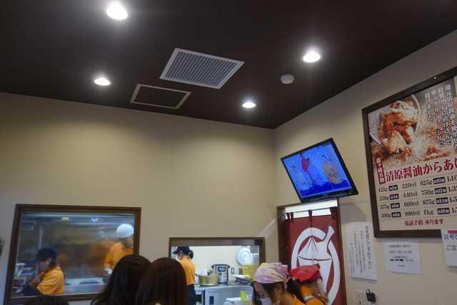 寺田商店 - 奥では沢山のスタッフがせっせと唐揚げを仕立てている姿を見ることが出来ます。