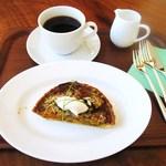 ペストリーショップ - コーヒー、カボチャとマッシュルーム、トリュフオイルのキッシュ