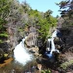 37252301 - 龍頭の滝、秋の紅葉が見事です。