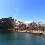 37252307 - 日光湯元の湯ノ湖からの白根山。