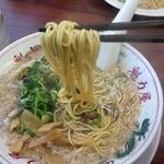 ラーメン魁力屋 鶴見店 - 特製醤油ラーメン(702円) 麺リフト