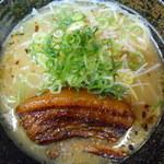 ラーメン工房 はっぴ - とろチャーシュー麺 とろける角煮の豚骨ラーメンです。890円