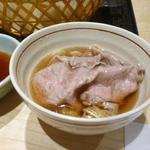 京都 瓢斗 - 牛サーロインを先ず五段仕込み出汁で頂く・・お出汁の薄味と深みのある味でお肉の旨みが一層引立つ