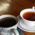 珈琲あずき - ドリンク写真:有機栽培珈琲(430円)と紅茶(400円)