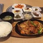 韓国家庭料理 マンナ - 料理写真:豚肉炒め定食 880円  すごい小鉢(*^o^*) 美味しかったですよ。カクテキはサービスだそうです。