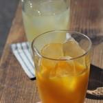 田舎cafe おそらゆき - 果汁100%のみかんジュースとりんごジュース。