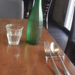 ボラチタ - お冷はボトルで、カトラリーも都度、セットしてくれます。(15-04)