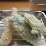 おやまうどん - 天婦羅はエビ、茄子、ピーマン、と玉葱の4種類でした。