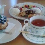 アリスの森 - cafeアリスの森 ケーキセットとフルーツワッフル