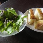 ツルカメ食堂 - 本日のランチの自家製パンとサラダ
